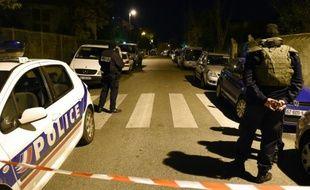 Des policiers barrent la rue où l'agression a eu lieu, dans les quartiers nord de Marseille