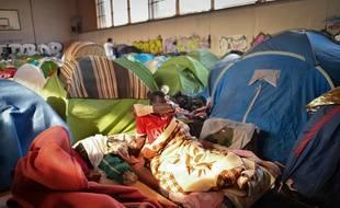 Une personne réfugiée dans l'ancien gymnase Jeanne-Bernard à Saint-Herblain.