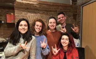 Léïsse, Lila, Ilona, Lukas et Elodie, membres de l'association Etudiant'S 31 qui réunit des étudiants sourds ou malentendants.