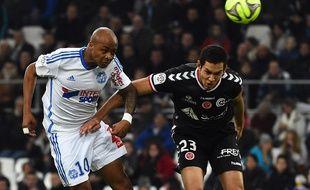 André Ayew au duel avec Aissa Mandi, lors d'OM-Reims le 13 février 2015.