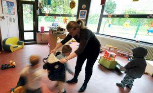 Une assistante maternelle accueille des enfants (image d'illustration).