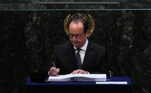 Le président français François Hollande signe l'accord sur le climat, à l'ONU à New York, le 22 avril 2016