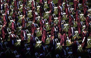 La distance et le masque restent de mise pour ces étudiants lors de la remise de leur diplôme à Walnut, en Californie.