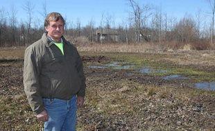 Paul Marinaccio devant son terrain inondé, à Clarence (Etat de New York), le 6 avril 2013.