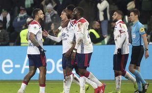 Ici félicité par ses partenaires Memphis Depay, Houssem Aouar, Tanguy Ndombele et Nabil Fekir, Moussa Ndombele a été le héros du derby au stade Geoffroy-Guichard (1-2).