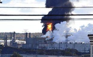 Une explosition et un incendie ont eu lieu à la raffinerie d'Irvine Oil à Saint-Jean, au Canada, le 8 octobre 2018.