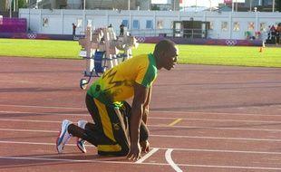 Le sprinter jamaïcain Usain Bolt, lors de son échauffement avant les demi-finales du 200m, le 8 août 2012 sur le stade annexe de Londres aux Jeux olympiques.