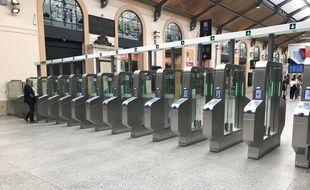 140 portiques de validation des titres de transports sont désormais opérationnels à la gare Saint-Lazare à Paris pour lutter contre les fraudes.
