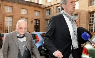Henri Leclaire et son avocat Thomas Hellenbrand à leur arrivée au palais de justice le 1er avril 2014 à Metz AFP PHOTO / JEAN-CHRISTOPHE VERHAEGEN