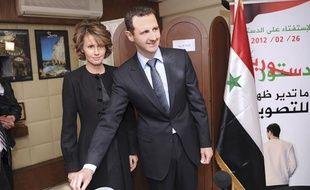 Le président syrien Bachar al-Assad et sa femme Asma, lors du vote du référendum constitutionnel, le 26 février 2012 à Damas (Syrie).