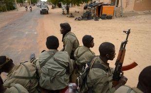 Au total sept personnes, dont un soldat malien et un civil nigérian, ont été tuées depuis 24 heures à Tombouctou (nord-ouest du Mali), où des affrontements se poursuivaient dimanche soir entre soldats maliens appuyés par des français et jihadistes infiltrés dans la ville.