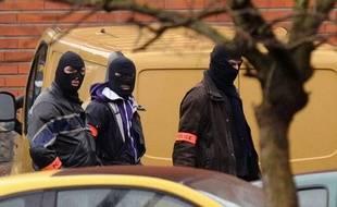 Des policiers, près de la résidence Belle Paule à Toulouse, où l'auteur présumé de sept assassinats est retranché, le 21 mars 2012.