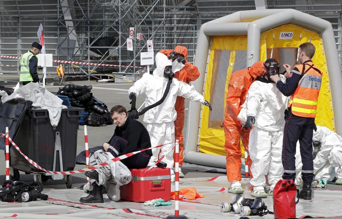 Des pompiers s'équipent en tenue NBC (illustration). – M.Libert / 20 Minutes