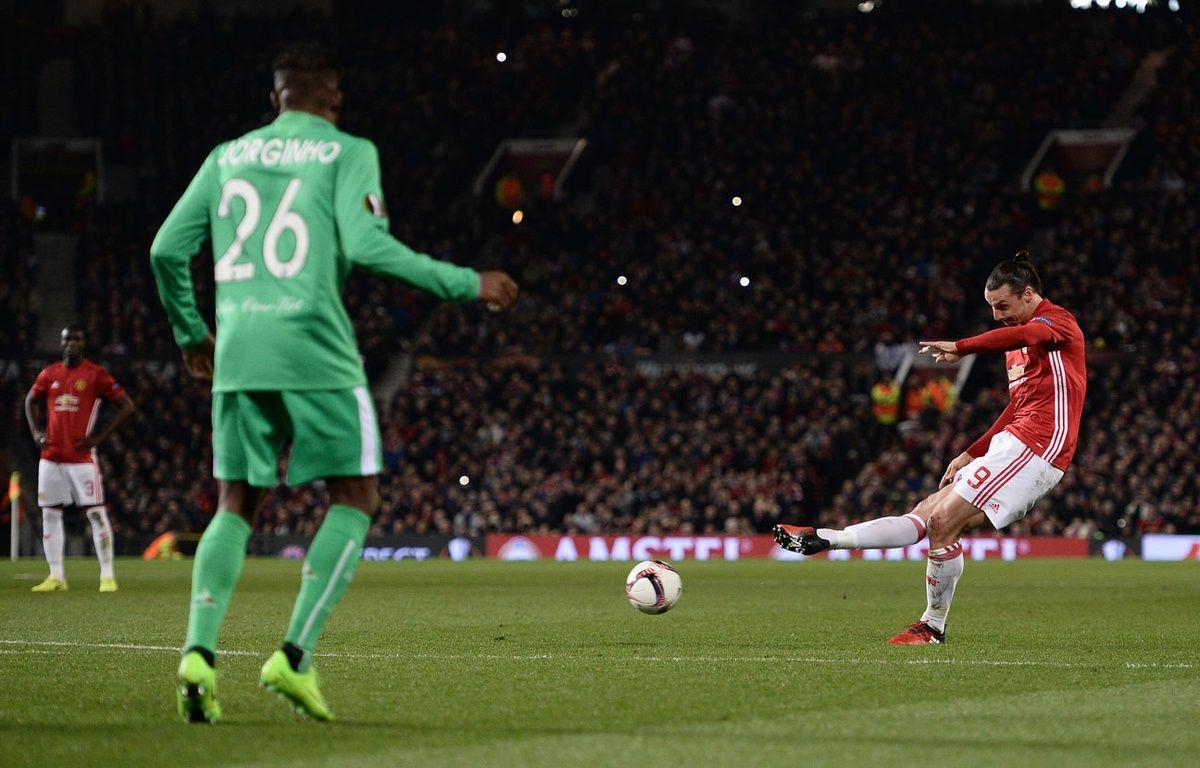 Zlatan Ibrahimovic marque sur coup franc contre Saint-Etienne le 16 février 2017. – Oli SCARFF / AFP