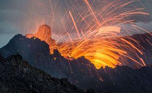 Eruption du Piton de la Fournaise à la Réunion le 5 février 2015.