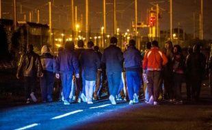 Des migrants à proximité du terminal d'Eurotunnel le 6 août 2015 à Frethun près de  Calais