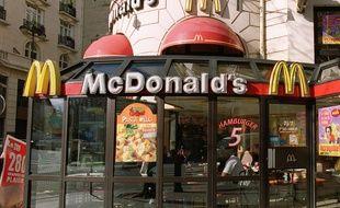 Photo prise le 04 avril 2001 à Paris de la devanture d'un fast-food Mcdonald's, la chaîne américaine de restauration rapide.