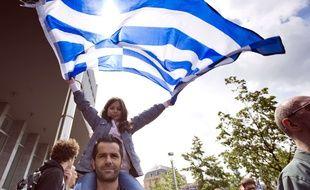 Un homme et sa fille, dans la manifestation de solidarité avec la Grèce qui s'est tenue le 20 juin 2015 à Bruxelles (Belgique).