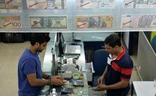 Un client indien à un bureau de changes, à Bangalore, dans l'Etat du Karnataka, au sud de l'Inde, le 24 août 2014