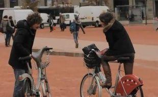 Capture d'écran d'une vidéo du Studio Bagel dans laquelle Maxime Musqua dépose son Velib à Lyon.