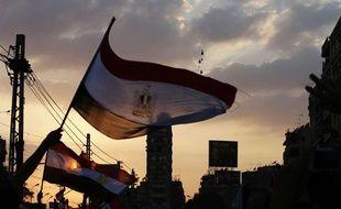 Des hélicoptères militaires volent au-dessus de manifestants au Caire, en Egypte, le 1er juillet 2013.