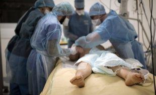 Le nombre de malades du Covid-19 hospitalisés en France a poursuivi sa baisse mercredi 12 mai, passant sous la barre des 25.000 patients