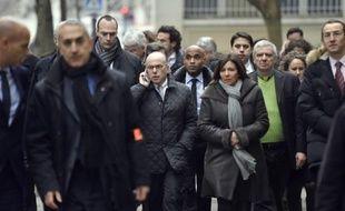 Le ministre de l'Intérieur Bernard Cazeneuve (c,g) et Anne Hidalgo, la maire de Paris (c,d) arrivent au siège de Charlie Hebdo à Paris le 7 janvier 2015
