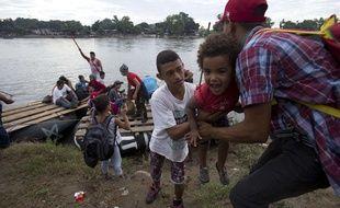 Un groupe de migrants honduriens arrive au Mexique après avoir traversé le fleuve sur un radeau de fortune, à Ciudad Hidalgo, le 20 octobre 2018.