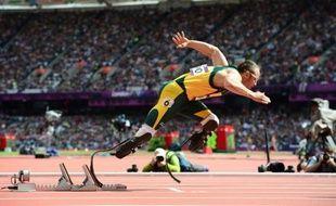 Le Sud-Africain Oscar Pistorius, premier athlète paralympique à avoir participé à des jeux Olympiques avec les valides, a battu un pur-sang arabe dans un duel exhibition organisé en marge du Doha Goals, le forum mondial du sport, qui se clôturait par ce spectacle mercredi au Qatar.