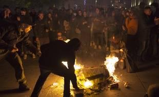 Paris, 23 avril 2017. - Manifestants à Paris après les résultats du 1er tour de l'élection présidentielle où Emmanuel Macron et Marine Le Pen sont arrivés en tête.