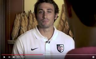 L'arrière du Stade Toulousain Maxime Médard joue dans une vidéo humoristique avant le match de Top 14 contre le Stade Français, le 16 septembre 2017 à Toulouse.