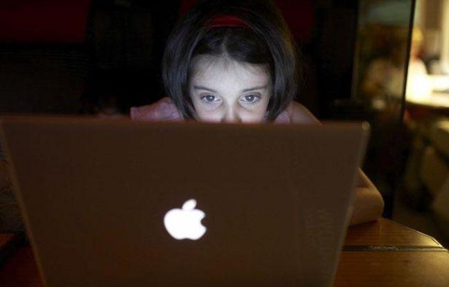 Jeune fille devant son ordinateur.