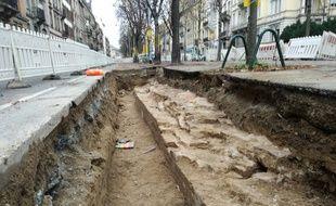Ce lundi 30 octobre, les spécialistes d'Archéologie Alsace ont trouvé ce mur des fortifications strasbourgeoises époque Vauban en creusant sous le boulevard de Nancy, dans le cadre du diagnostic préventif préalable au chantier du tram vers Koenigshoffen, avant d'éventuelles fouilles.