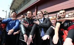 Le leader de «Debout Les Belges!», Laurent Louis (C), fait une «quenelle» avant le congrès antisémite intitutlé «congrès européen de la dissidence», à Anderlecht, près de Bruxelles, le 4 mai 2014.