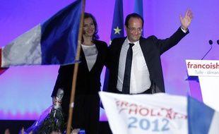 François Hollande salue la foule après son discours à Tulle le 6 mai 2012.