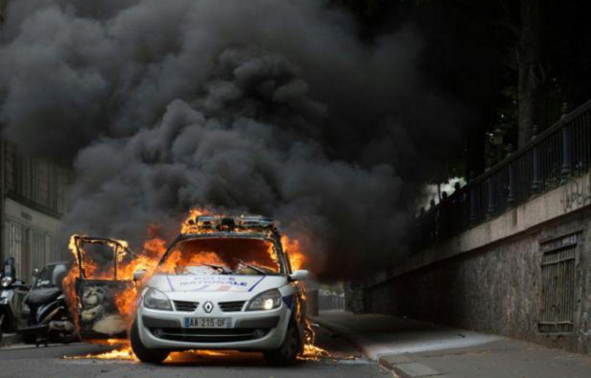 La voiture de police incendiée le 18 mai 2016 à Paris – CYRIELLE SICARD AFP