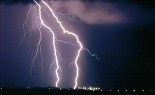 Des éclairs lors d'une nuit d'orage.