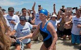 L'américaine Diana Nyad, 64 ans, a bouclé lundi la traversée à la nage entre Cuba et la Floride à sa cinquième tentative, devenant la première à effectuer cette traversée sans la protection d'une cage anti-requins.