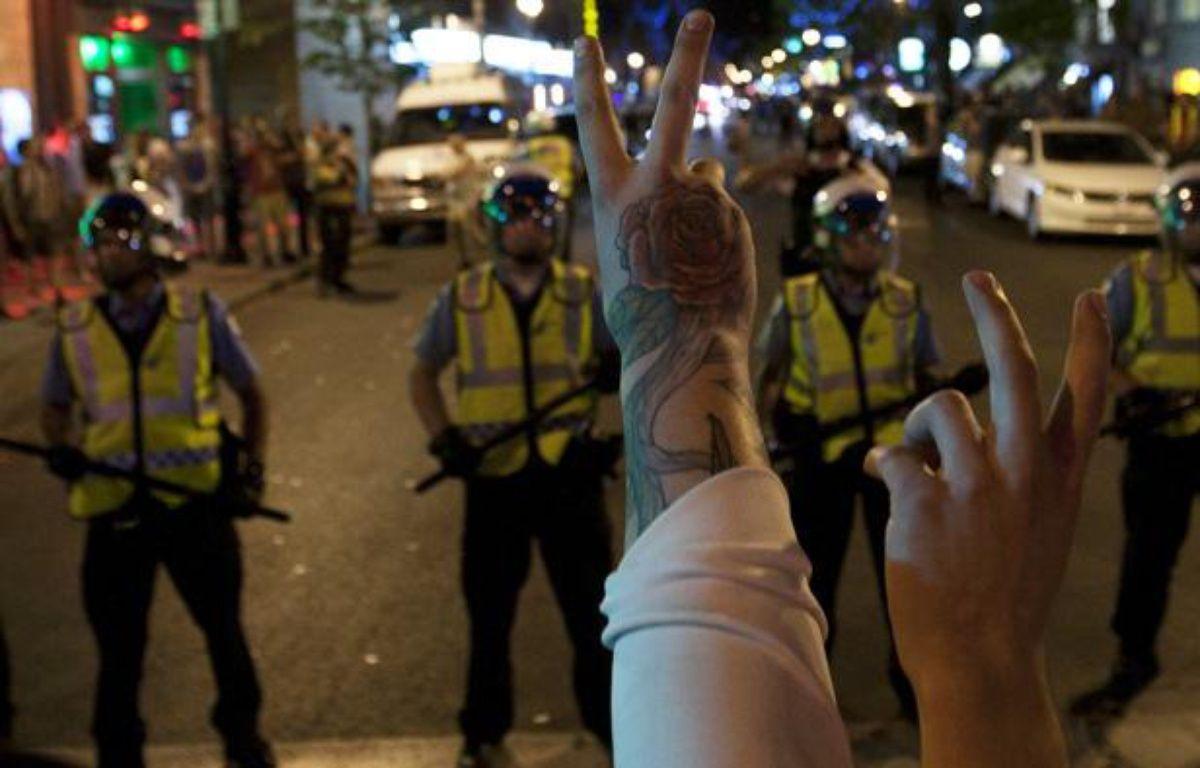 Des manifestants québécois face à la police lors d'une manifestation contre la «loi spéciale» instaurée au Québec (lundi 21 mai 2012) – REUTERS/Olivier Jean