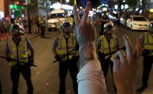 Des manifestants québécois face à la police lors d'une manifestation contre la «loi spéciale» instaurée au Québec (lundi 21 mai 2012)