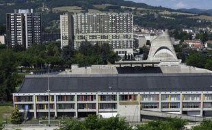 Vue, le 1er juillet 2016, de la Maison de la Culture (en bas) et de l'église Saint-Pierre (2e plan à droite) construites par Le Corbusier dans les années 50 à Firminy, près de Saint-Etienne (Loire)