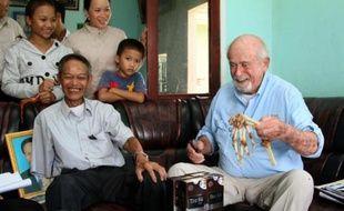 Un médecin américain a rendu lundi à un ancien soldat de la guérilla communiste Vietcong les os de son bras amputé pendant la guerre du Vietnam et conservé précieusement pendant près de quarante ans.