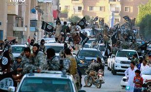 Photo non datée montrant des djihadistes parader dans les rues de Raqqa (Syrie), publiée le 30 juin 2014, par le media center de l'organisation Etat Islamique.