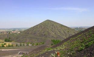 Loos-en-Gohelle, le 4 mai 2011. Vue du bassin minier depuis le terril dit du 11/19.