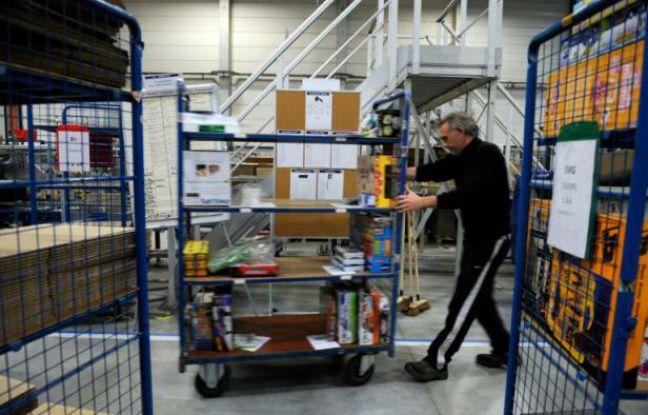 Un employé de CDiscount dans les rayons de l'entrepôt de Cestas le 14 décembre 2012