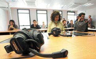 Les 175 étudiants travaillent leurs accents avec un système informatisé.
