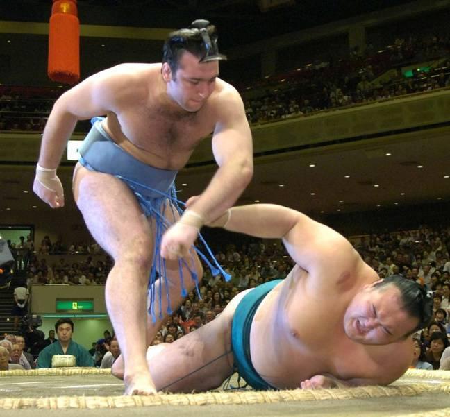 Kotooshu (à g.) lors d'un tournoi de sumo à Tokyo, le 19 septembre 2005.