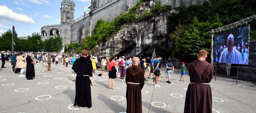 A la grotte de Lourdes, en période d'épidémie de coronavirus.