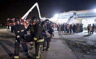 """Il est 21h02 à l'aéroport d'Orly, un avion de ligne vient de s'écraser en bout de piste, 130 personnes sont à bord: tel est le début du scénario d'un accident fictif mis en scène dans la nuit de mercredi à jeudi pour mettre """"en situation réelle"""" quelque mille acteurs d'un tel drame."""