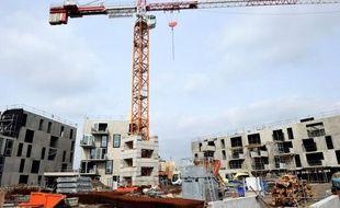 L'ouvrier de 23 ans qui avait chuté vendredi d'une grue qui s'était partiellement effondrée sur un chantier en Isère est décédé dimanche des suites de ses blessures, a indiqué la gendarmerie.